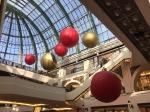 Weihnachtskugeln die von der Decke hängen