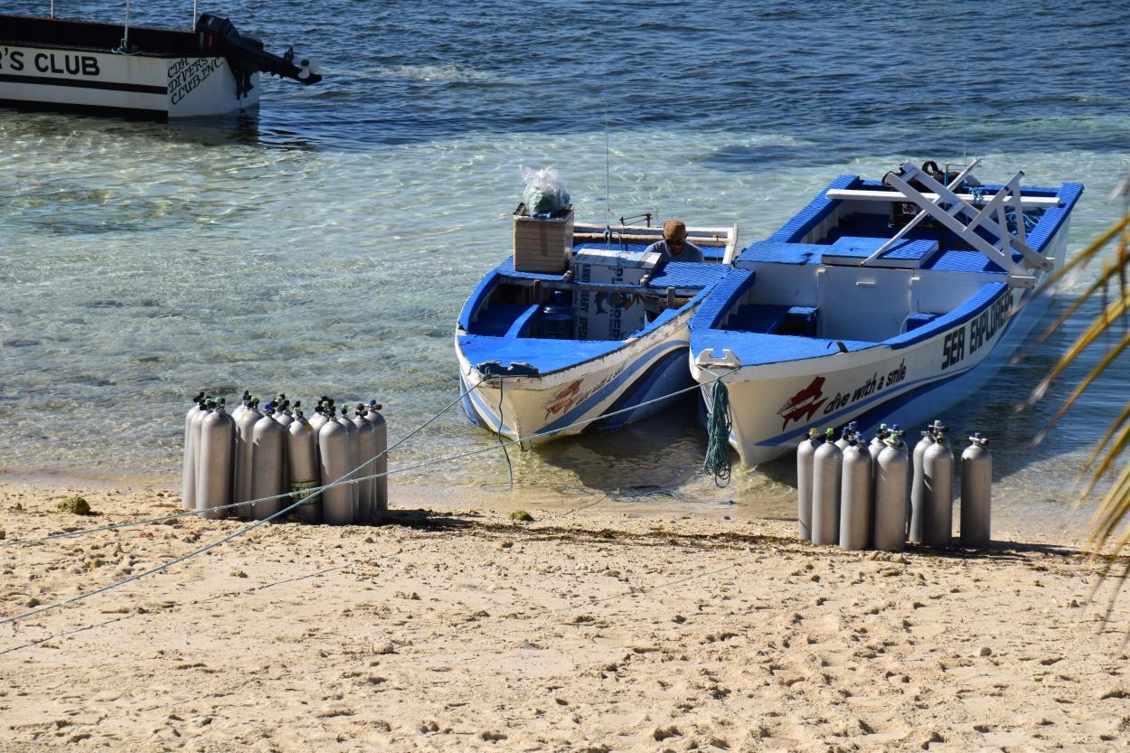 Taucherflaschen am Strand