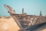 Ein Holzruderboot am Strand