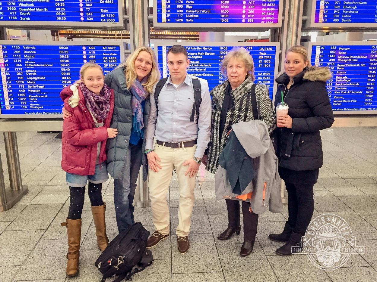 Familie Mayer am Flughafen
